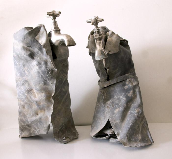 Dos amantes. Escultura de plomo con grifos.