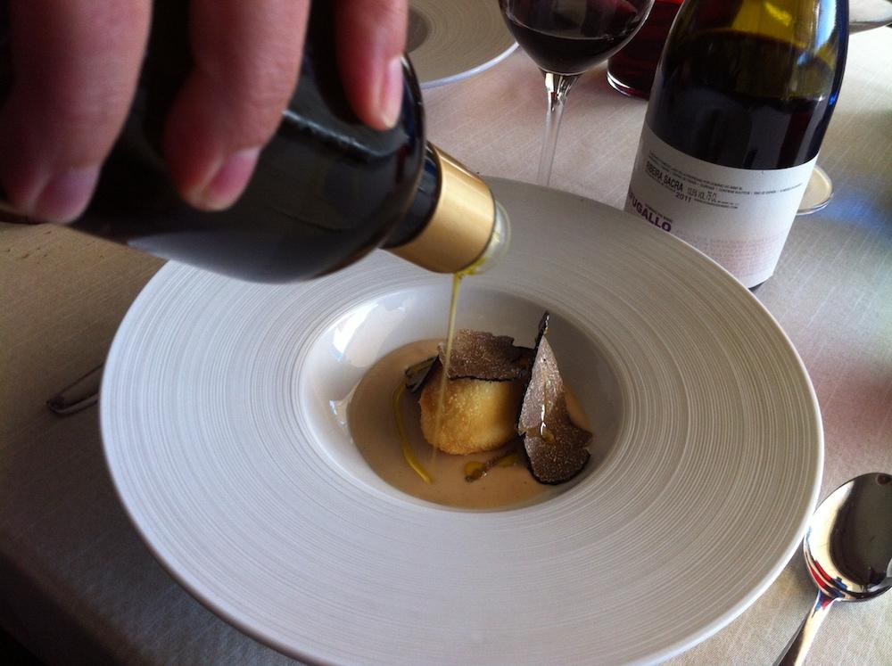 Croqueta de huevo empanado con bechamel suave y trufa.