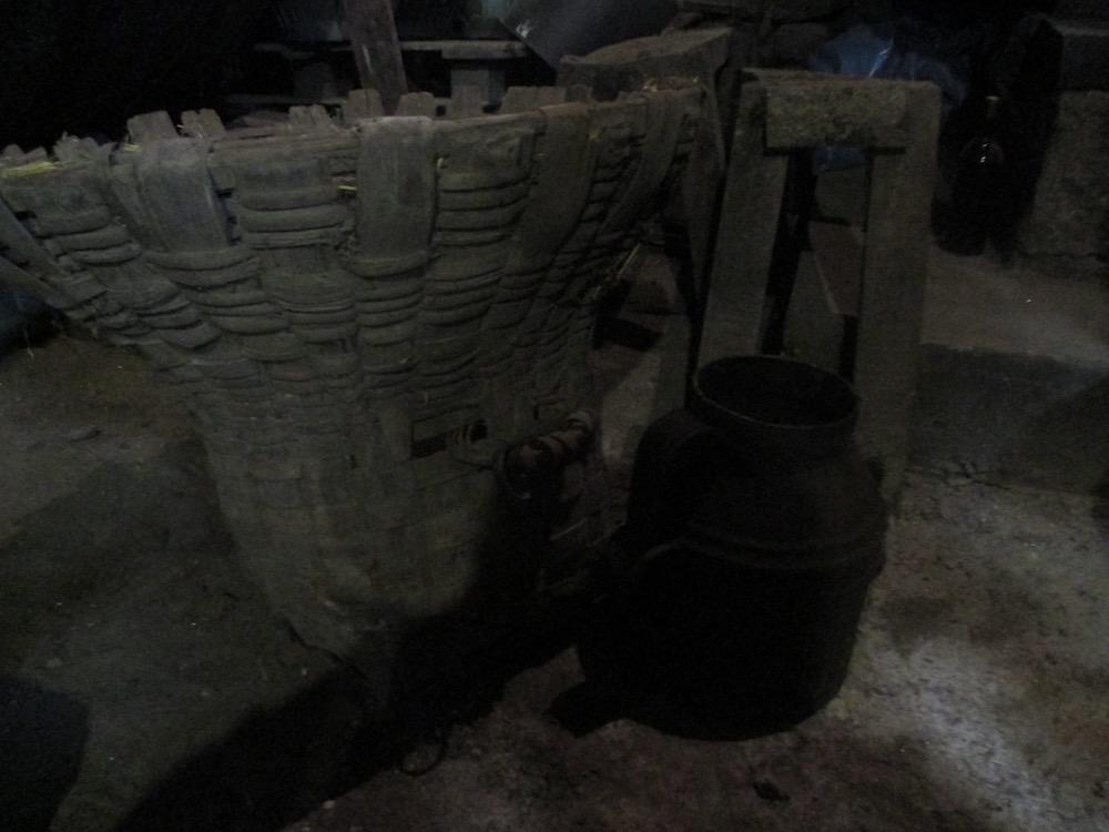 Cesto Coleiro, donde antiguamente recogían uvas y una jarra de una Ola, 16 litros.