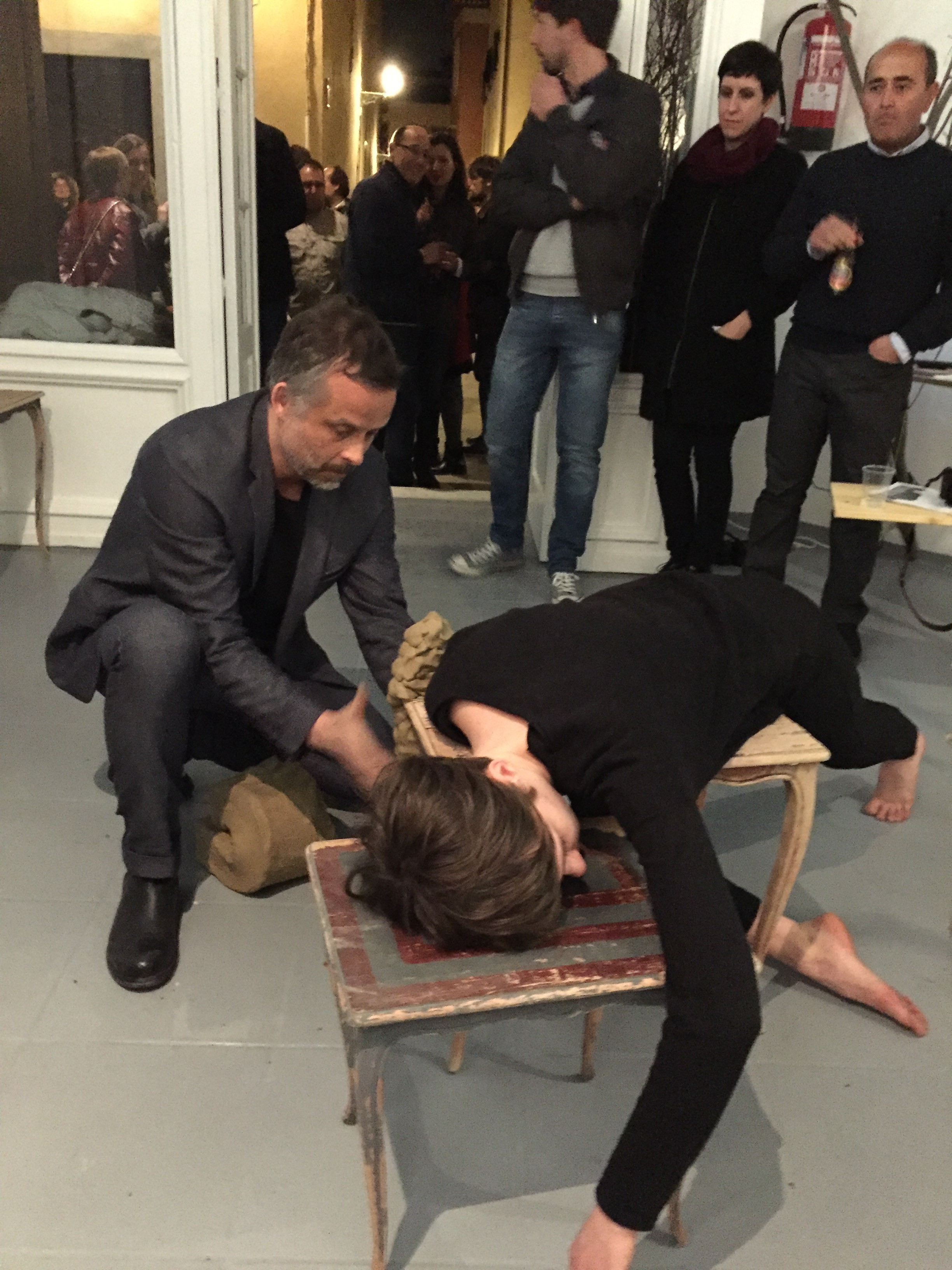 Empieza la escultura viva. Instalación con mesas, barro y persona.