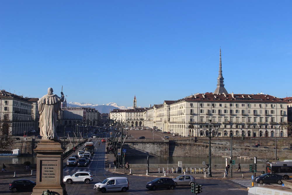 Vista de los Alpes sobre el río Po, Torino.